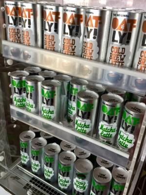 Kyldisk med Oatly Cold Brew Latte och Matcha Latte, cylinderformade förpackningar