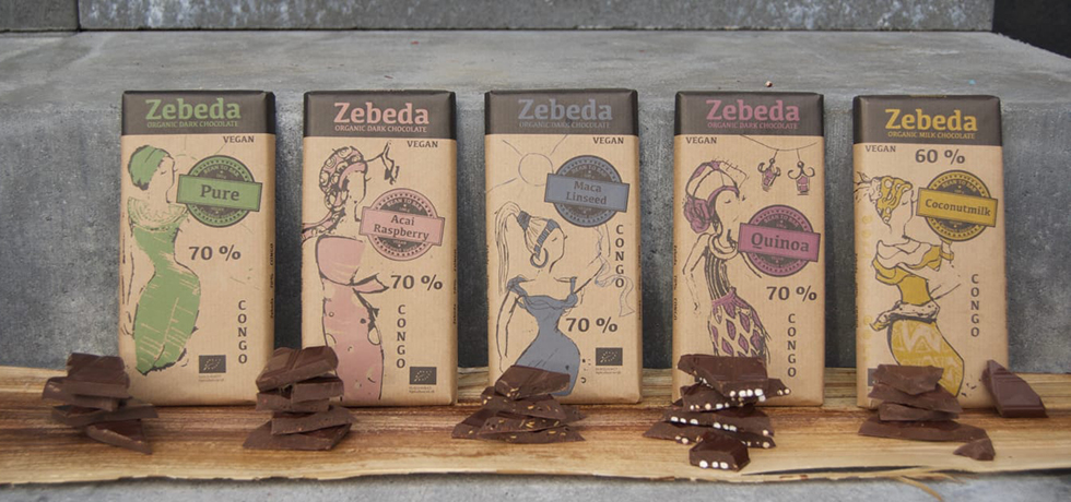 Chokladkakor i bruna toner med chokladrutor framför
