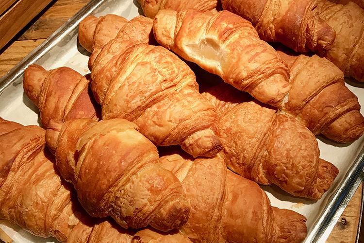 Flera croissanter på ett silverfat