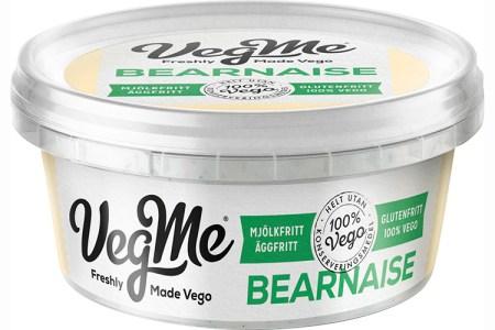 Vit, rund förpackning med texten VegMe i svart och BEARNAISE i grönt