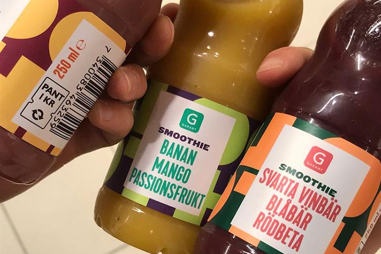 Tre plastflaskor med texten Smoothie med olika smaker och märket Garant