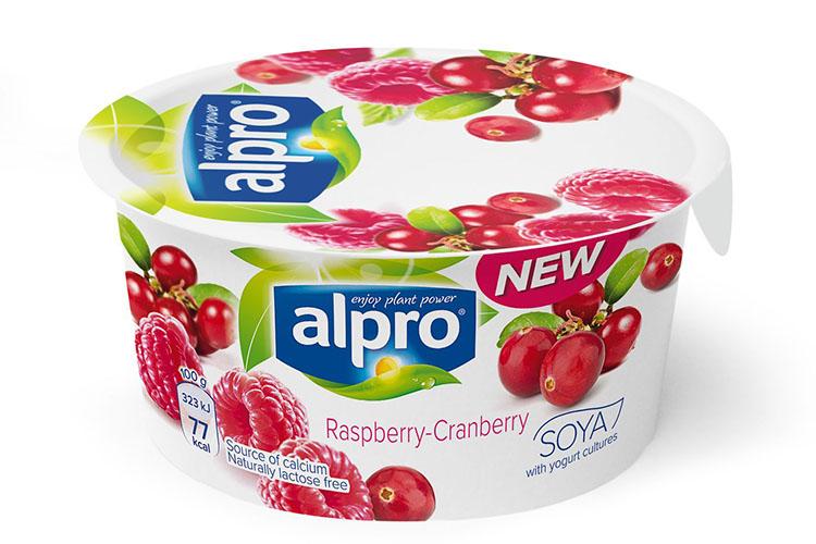 Portionsförpackning med yoghurt, vit plast med hallon och tranbär på