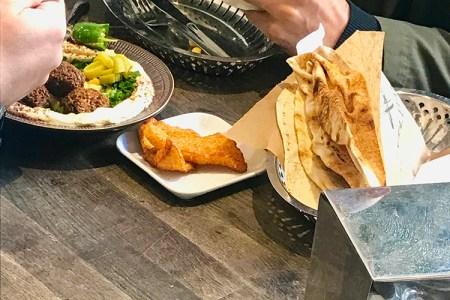 Bord med tallrik med mat och ett fat med bröd