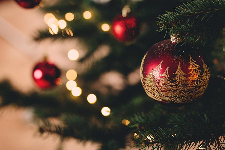 Julgran med kulor i rött och guld