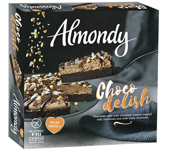 En förpackning med bild på en chokladtårta och texten Almondy Chocodelight på