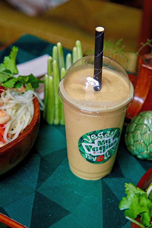 En smoothie i ett plastglas med sugrör