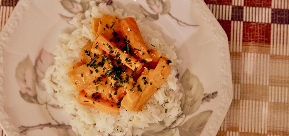 Ris med morötter i stavar med sås och hackad persilja