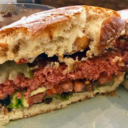Halverad hamburgare med bröd sedd från sidan