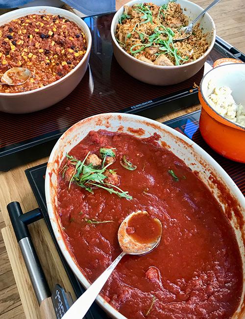 Grytor med sallad och tomatgryta