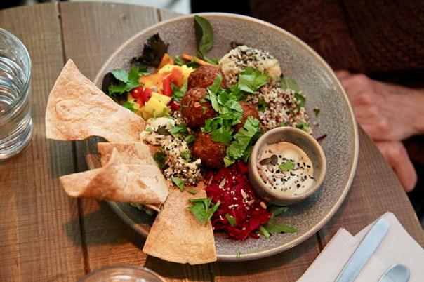 Maträtt med sötpotatis och falafel sedd uppifrån