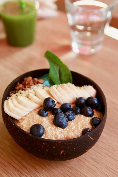 Smoothiebowl toppad med skivad banan och blåbär