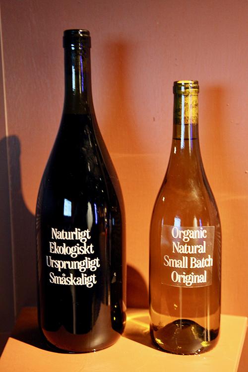 Två vinflaskor med texten Naturligt ekologiskt