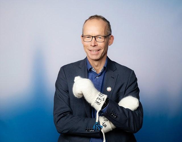Porträtt på Johan Rockström med lovikavantar