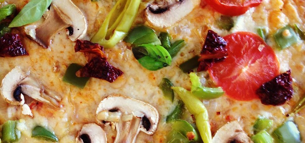 Pizza toppad med grönsaker