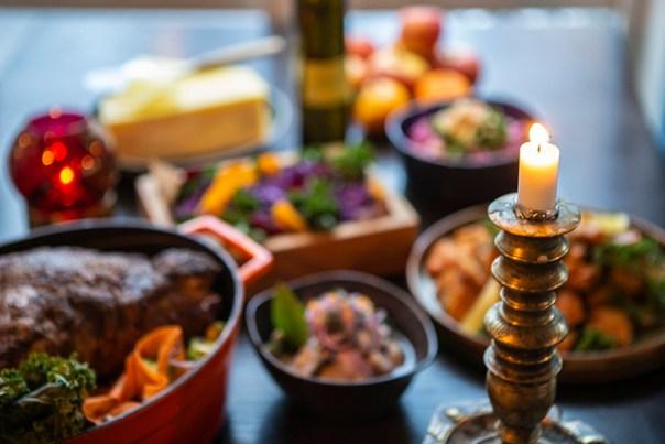 Julbord med tänt ljus