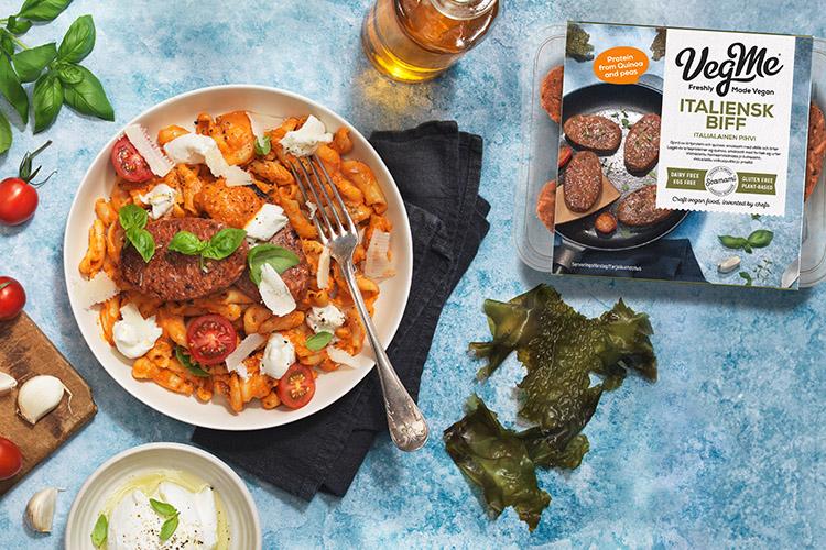 En pastatallrik, bredvid alger och en förpackning VegMe biffar