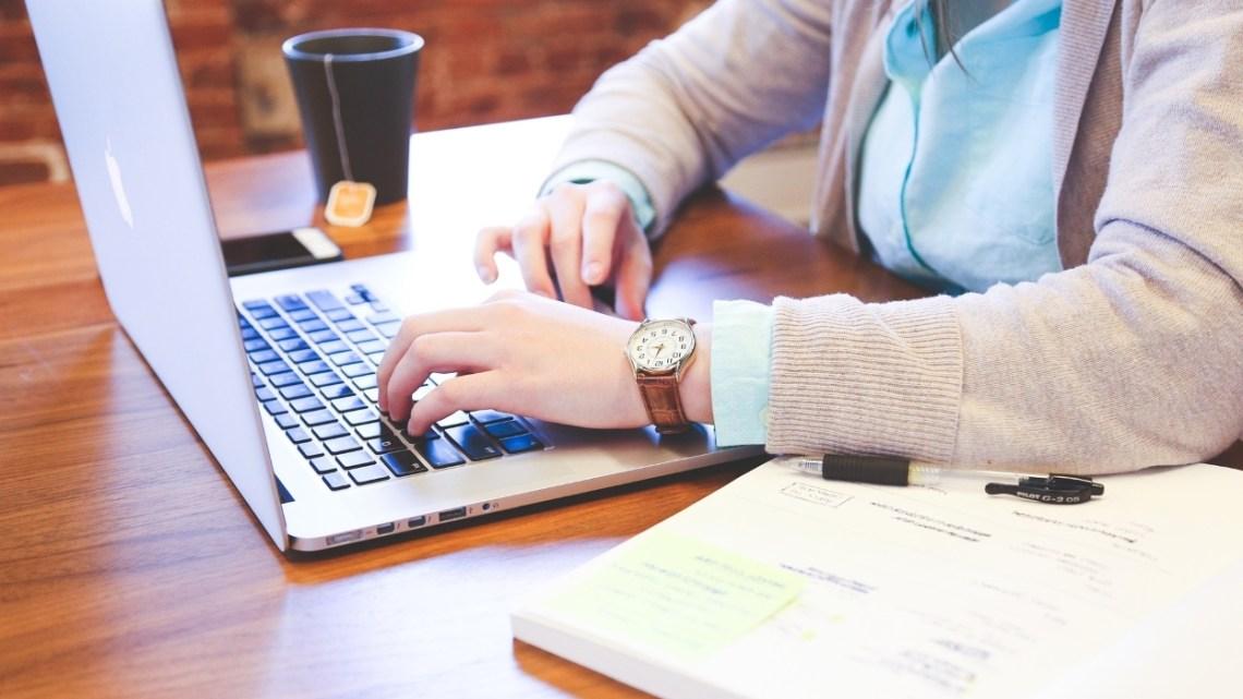 Emploi: de plus en plus d'entreprises font passer les entretiens d'embauche par des IA – BFMTV.COM