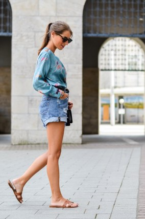 sommer city look zara body jeans shorts sandals