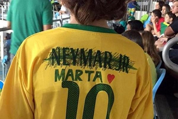 Marta merece mais, diz garoto que riscou nome de Neymar   VEJA