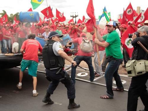 O MST, líder de uma causa que não existe, tenta invadir o STF na base da porrada! Ou: Como o governo Dilma estimula a bagunça e a violência. Ou: Gilberto Carvalho não