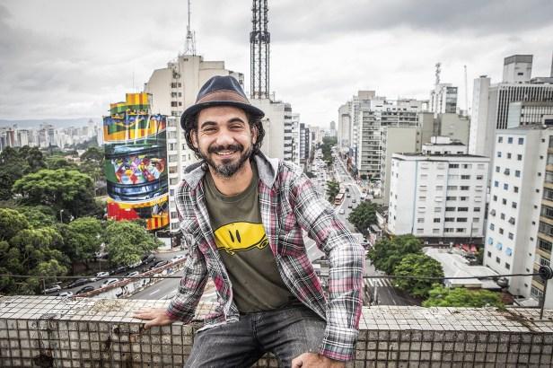 CORES - Kobra e, ao fundo, um de seus painéis em São Paulo: pulmões frágeis -
