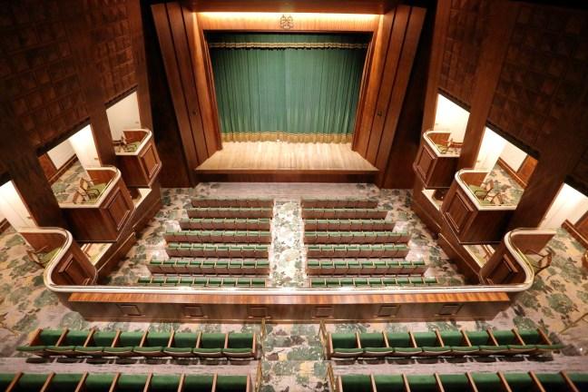 Foto de cima do teatro Copacabana Palace, mostrando o palco e a plateia