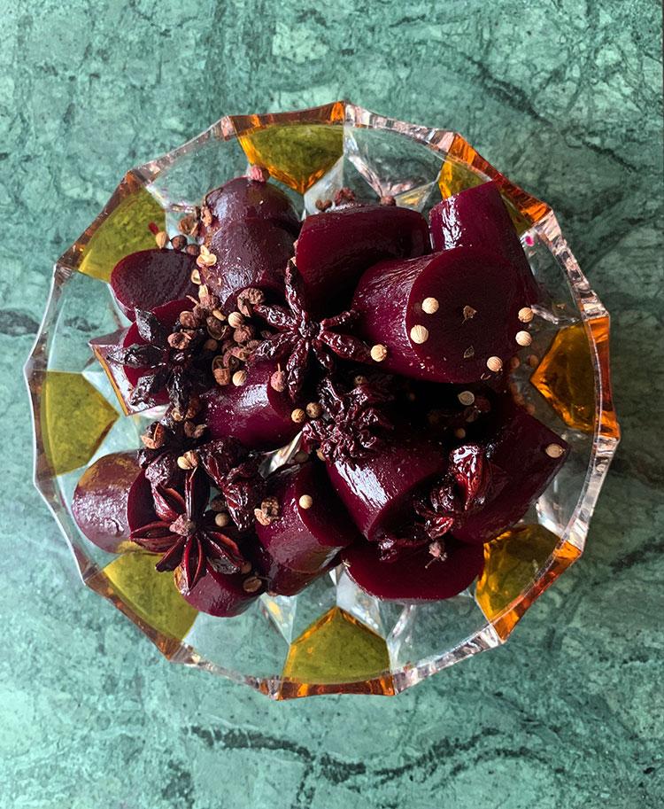 rødbeder med asiatiske krydderier i en smuk 2 farvet assiette