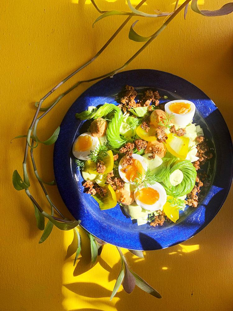 Spidskål med smilende æg og crunch