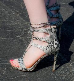 Дамски обувки на висок тънък ток в змийски принт