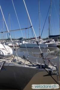 L'avant du nouvel enrouleur de génois est posé sur le devant du bateau et la partie supérieur est hissée en haut du mât