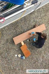 Wartungsarbeiten am Boot: Gangway neu malen