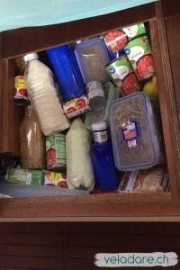 Alle Lebensmitteln werden in Dosen oder Flaschen abgepackt