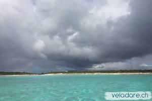 Eau turquoise même avec des nuages