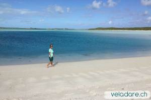 Spazieren am Strand in Cambridge Cay, Exuma, Bahamas