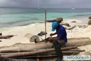 Ein Loch wird im Kokosnuss gebohrt