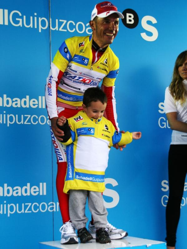 Joaquim Rodriguez with his son at Vuelta al Pais Vasco (image courtesy of Susi Goetze)