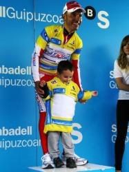Joaquim Rodriguez with his son at Vuelta al Pais Vasco (image courtesy of Susi Goetze)