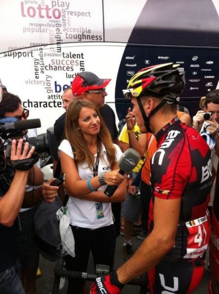 Laura quizzing the soon to be world champion PhilGil at the Vuelta (image courtesy of Laura Meseguer)