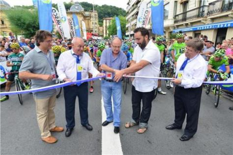 The ceremonial cutting of the ribbon before the race start (image: Richard Whatley)