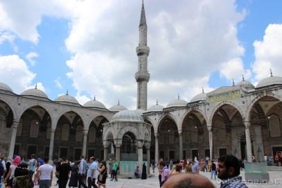 Na dziedzińcu błekitnego meczetu