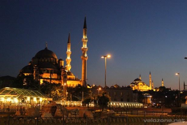 Nowy meczet po zachodzie słońca