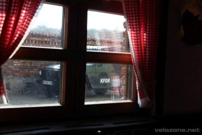 Towarzystwo KFOR jest bardzo częstym widokiem w Kosowie.