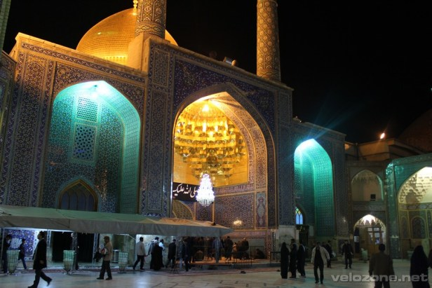 Tam, gdzie rano były nieprzebrane tłumy, wieczorem jest spokojnie. Wejście dla mężczyzn do grobu Fatimy.