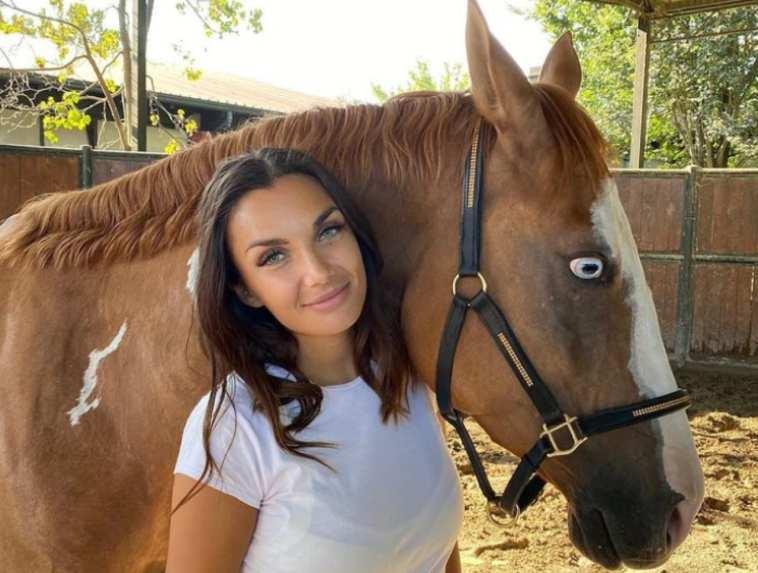 Elettra Lamborghini e la passione animali: possiede trenta cani e tre cavalli