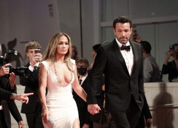 Jennifer Lopez e Ben Affleck sul Red Carpet di Venezia78: il bacio che tutti aspettavamo [FOTO]