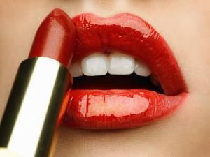 applying lipstick2