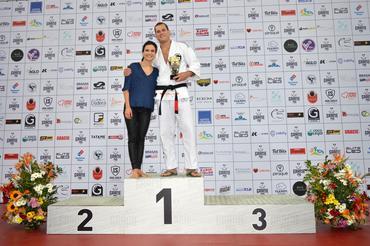 O grande vencedor da noite posa ao lado da organizadora do Gracie Pro, Kyra (Carlos Arthur Jr)