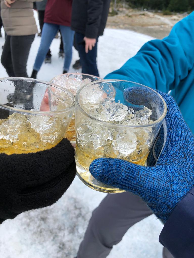 whisky com gelo da geleira