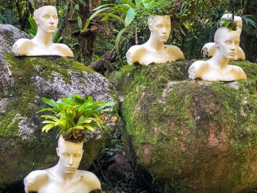 escultura de cabecas no ekoa park