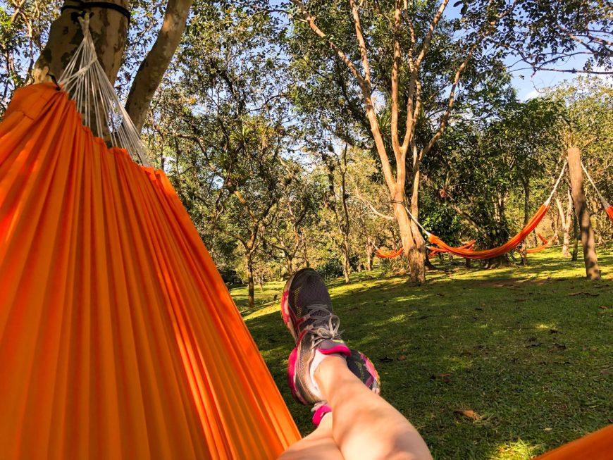 pés descansando nas redes do ekoa park